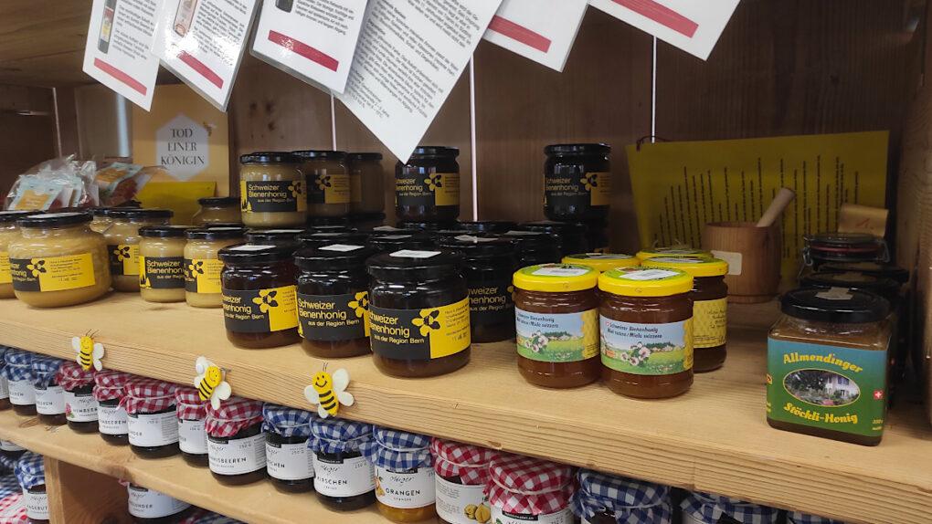 Ein vielfältiges Angebot an Honigen aus der Region bietet Chäs Glauser.